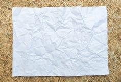 Zerknittertes Papier gesetzt auf Zement Lizenzfreie Stockfotos