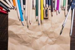 Zerknittertes Papier mit Bleistiften Stockbild