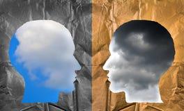 Zerknittertes Papiergeformtes als menschliche Köpfe Positive und negative Co Lizenzfreies Stockfoto