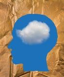 Zerknittertes Papiergeformtes als menschlicher Kopf, blauer Himmel und weiße Wolke Lizenzfreies Stockbild