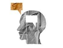 Zerknittertes Papiergeformtes, wie ein menschlicher Kopf und ein Gespräch auf Weiß im Ballon aufsteigen lizenzfreie stockbilder