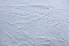 Zerknittertes weißes Gewebe mit Falten für Beschaffenheits-Hintergrund stockbilder