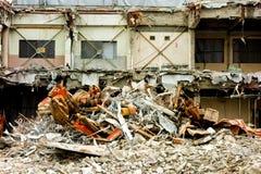 Zerlegungsstandort des verlassenen Hauses, in dem die schwere Ausrüstung vereinbart wird lizenzfreies stockbild