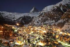 Zermatt и Маттерхорн на сумраке стоковые фотографии rf