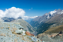 Zermatt mellan bergen Royaltyfria Bilder