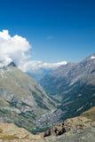 Zermatt mellan bergen Royaltyfri Bild
