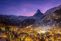 Zermatt miasteczko i Matterhorn góra przy zimy nocą Szwajcarscy Alps, Szwajcaria zdjęcia royalty free