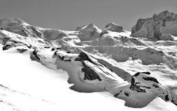 Zermatt skidar avvikelsen från Rothornen med en perfekt sikt arkivbilder