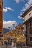 ZERMATT SZWAJCARIA, PAŹDZIERNIK, - 27, 2015: Zadziwiający widok Zermatt kurort, kanton Valais Zdjęcie Stock