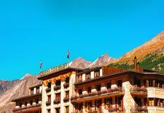 Zermatt, Zwitserland - 24 Augustus, 2016: Traditioneel Zwitsers chalet met bloemen op balkons bij Zermatt-toevluchtdorp, Zwitserl royalty-vrije stock foto's
