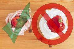 Zero jałowy zakupy pojęcie Świezi sklepy spożywczy w reusable eco warzywach w plastikowej polietylen torbie na drewnianym stole i zdjęcia stock
