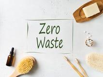Zero odpady, trwa?o?ci i minimalizmu poj??, Drewniani ekologiczni ?azienek akcesoria na bia?ym tle zdjęcia stock