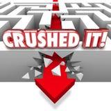 Zerquetscht ihm fasst den Pfeil ab, der durch Maze Walls Great Job Com zusammenstößt Stockfoto