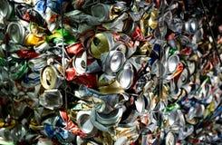 Zerquetschte Aluminiumdosen stockbilder