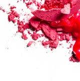 Zerquetschte Lidschatten, Lippenstift und Pulver lokalisiert auf wei?em Hintergrund lizenzfreies stockfoto