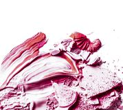 Zerquetschte Lidschatten-, Pulver- und Grundierungsnahaufnahme lokalisiert auf weißem Hintergrund lizenzfreies stockbild