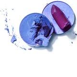 Zerquetschte Lidschatten und Lippenstift lokalisiert auf wei?em Hintergrund stockfotografie