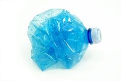 Zerquetschte Plastikflasche lokalisiert Lizenzfreies Stockbild