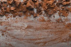Zerquetschte Schokolade bessert auf grauem Hintergrund, Draufsicht aus lizenzfreie stockfotografie