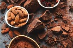 Zerquetschte Schokoriegelstücke und -kakao auf grauem Hintergrund Lizenzfreie Stockbilder