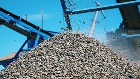 Zerquetschte Steine, die von Arbeitsgurt fallen Minenindustrie-Konzept stock video