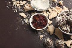 Zerquetschte weiße Schokoladenstücke und -trüffeln auf grauem Hintergrund Stockfoto