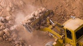 Zerquetschter Felsen des Draufsichtbaggerladens auf Kipper-LKW stock video