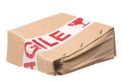 Zerquetschter Kasten mit zerbrechlichem Band stockbild