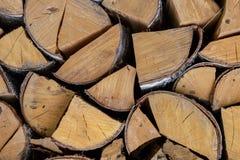Zerquetschtes Klotzbirkenbrennholz-Wärmequelleende des der gebrochenen natürlichen Entwurfs Hintergrund-Beschaffenheit des Stamme stockfoto