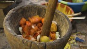 Zerquetschung des Gemüsepaprikas und der Zwiebeln, Conakry, Guinea stock video footage