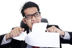 Zerreißende Dokumente des Frustrationsgeschäftsmannes Lizenzfreies Stockfoto