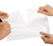 Zerreißendes Blatt Papier stark Stockbild