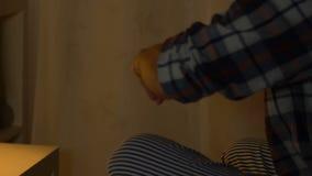 Zerreißendes Foto des verärgerten Kerls mit seiner Freundin, Krise nach Trennung, Verrat stock video footage