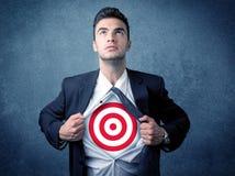 Zerreißendes Hemd des Geschäftsmannes mit Zielzeichen auf seinem Kasten Lizenzfreie Stockfotografie