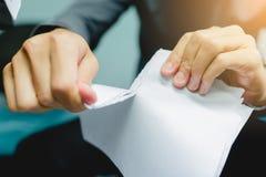 Zerreißendes leeres Papier des Geschäftsmannes auseinander lizenzfreies stockbild