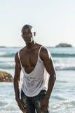 Zerreißendes weißes Hemd des schulterfreien afrikanischen Schwarzen Lizenzfreie Stockbilder