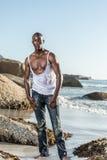Zerreißendes weißes Hemd des schulterfreien afrikanischen Schwarzen Lizenzfreie Stockfotografie
