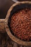 Zerriebene Dunkelheitsschokolade 100% im Löffel auf gebratener Kakaoschokolade Stockfoto