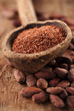 Zerriebene Dunkelheitsschokolade 100% im Löffel auf gebratener Kakaoschokolade Lizenzfreie Stockfotografie