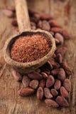 Zerriebene dunkle Schokolade im alten hölzernen Löffel auf gebratenem Kakao choco Lizenzfreies Stockbild