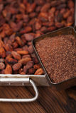 Zerriebene dunkle Schokolade im Zinn mit Kakaobohnen lizenzfreie stockbilder