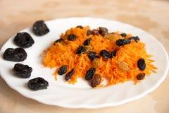 Zerriebene Karotte mit getrockneten Früchten Stockfotos