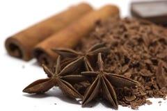 Zerriebene Schokolade mit Gewürzen Stockfotografie