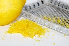 Zerriebener Zitronen-Eifer mit der Frucht und der Reibe Lizenzfreie Stockbilder