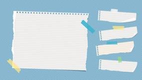 Zerrissene weiße angeordnete Anmerkung, Notizbuch, Schreibheftpapierblätter fest mit buntem Klebeband auf blauem quadratischem Mu vektor abbildung
