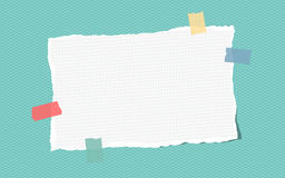 Zerrissene weiße angeordnete Anmerkung, Notizbuch, SchreibheftPapierfestes mit buntem Klebeband Stockbild
