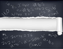 Zerrissenes schwarzes Papier mit Formeln. Lizenzfreie Stockbilder