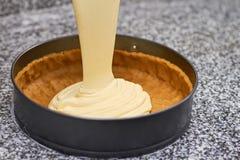 Zerschlagen Sie das Fließen in Pastete ohne Füllung lizenzfreies stockfoto