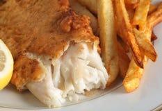 Zerschlagene Fische mit Chips Stockfoto
