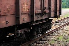 Zerschlagener Güterwagen, der auf den Bahnen steht Stockfoto